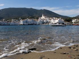 Pobřeží španělského městečka Cadaqués