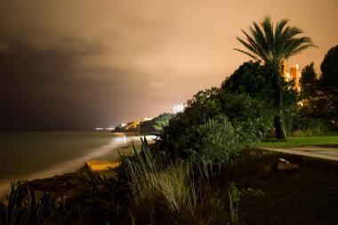 Pobřeží španělského letoviska Miami Platja v noci